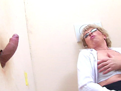 Mature sucks and fukcs with a stranger trought the wall until she cum