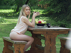 Alecia Fox has a nice time with a guy during an outdoor shag