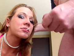 Lucky guy talked kinky Nikki Sexx into slurping on his dick