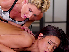 Blonde MILF lesbian babe India Summer licks the pussy of Jaye Summers
