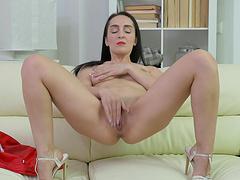 Video of natural boobs cutie Di Devi pleasuring her wet fanny