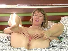 Video of horny mature chick Jamie Foster pleasuring her wet cunt