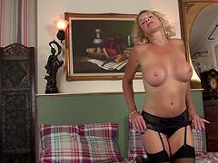 Horny mature MILF Molly Maracas spreads her legs to masturbate
