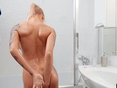 Provocative hottie Solar Kate makes herself cum while masturbating