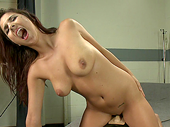 Hot Babe Cums Like Never Before While Fucking Machines