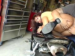 Chick with big ass gets fingered!