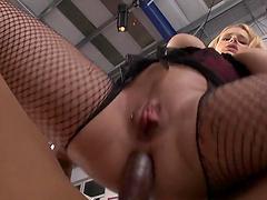 Blonde skank gets her fuckin' ass fucked