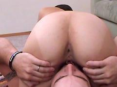 Dude bangs a hottie in her fuckin' pussy