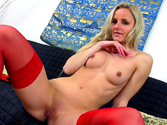 Solo blondie opens her legs to pleasure her cravings with a dildo
