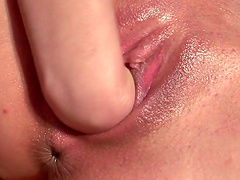 Sexy babe fists herself in hot solo clip