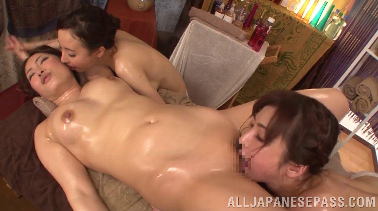 porno-lizhet-u-aziatki